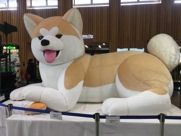秋田駅のシンボル。この犬の裏に観光案内所がある