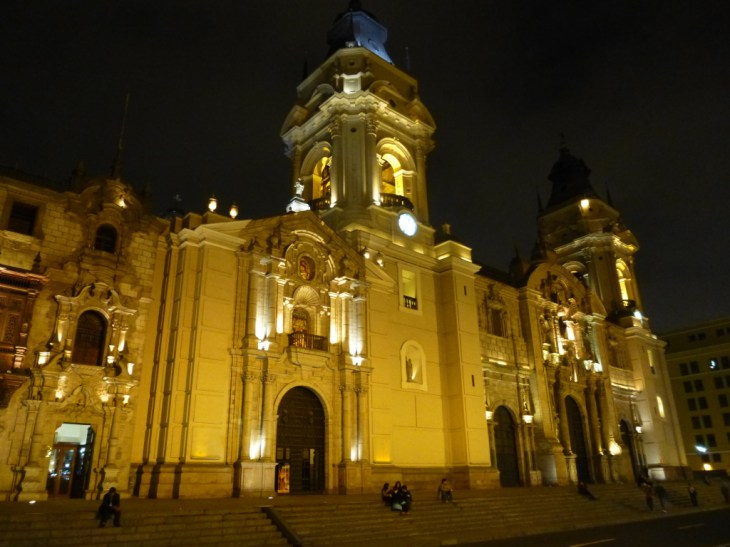 Centro de Lima à noite, com seus edifícios históricos iluminados