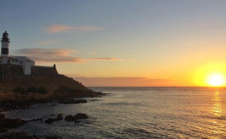 O por do sol no Farol da Barra vale a pena!