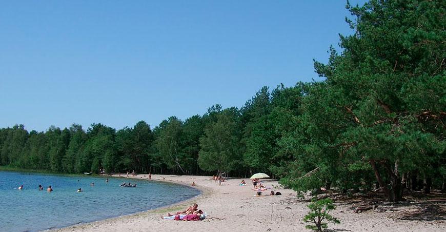 Beach of Pisochne lake
