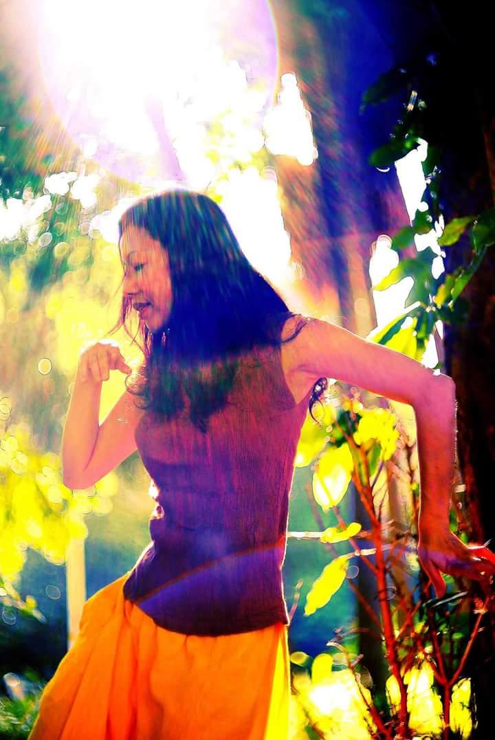 每個生活的領悟都成為我舞蹈的元素,有時是入世的感動,有時是出世的灑脫,不同的心境,引出不同的舞蹈展現,如同掌鏡人,透過鏡頭去解讀人生,而我,則是透過舞蹈。 我開始在每一次引舞過程中與不同面向的自己相遇,那是一種很特別的感受。看著舞池中微黃昏暗的燈光下,隨著舒緩樂音輕流如水移動穿梭的身影,沈靜無須言語,一個呼吸,一次心跳,都觸動著每一個即時片刻。