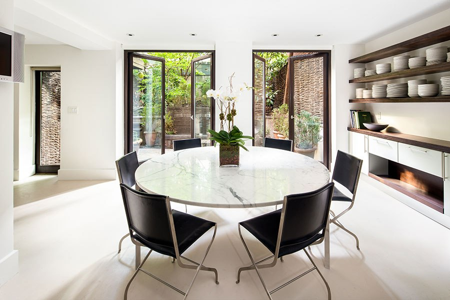 item5.rendition.slideshowHorizontal.sarah-jessica-parker-townhouse-06-breakfast-dining-area