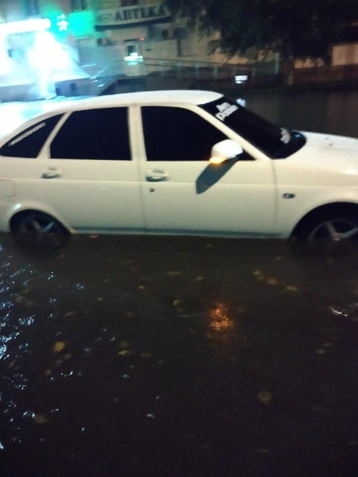Автомобили тонут в Твери после ливня