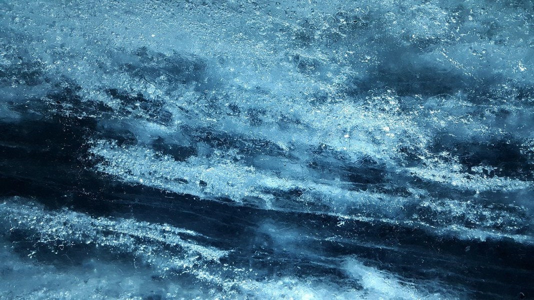 Череповецкие улицы начали вызволять из ледяного плена