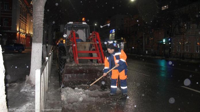 В Рязани продолжается работы по уборке снега
