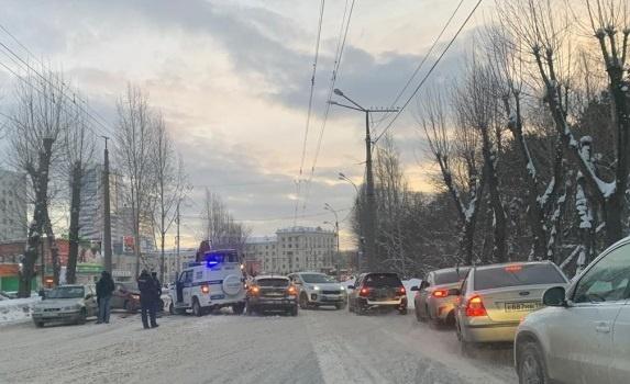 В Екатеринбурге полицейские на УАЗе протаранили четыре машины