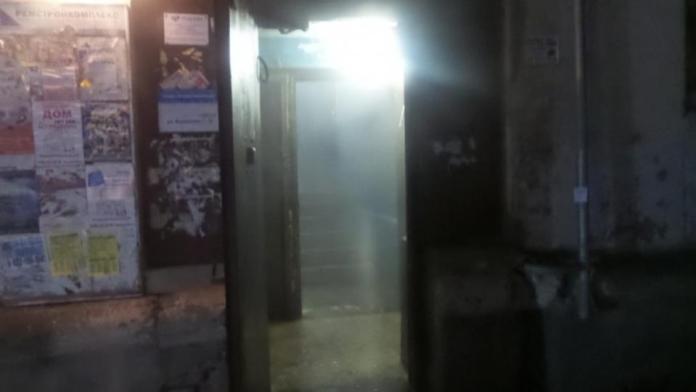 В Екатеринбурге мужчина разгромил жилье и залил подъезд кипятком