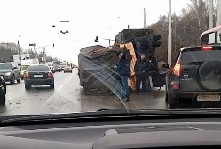 На Московском шоссе опрокинулся грузовик