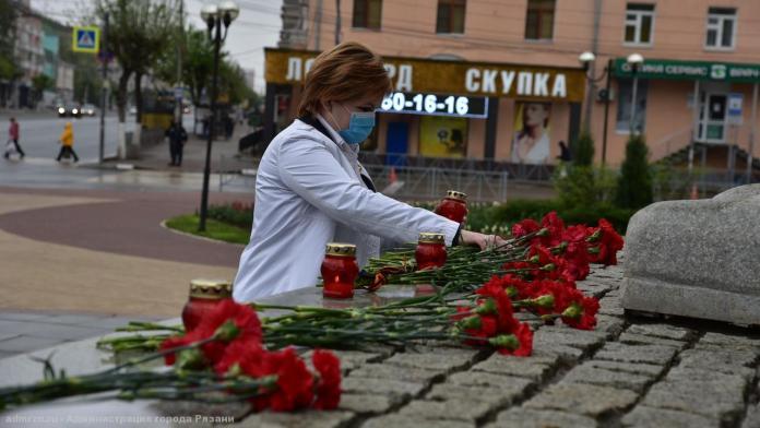 Елена Сорокина возложила цветы к военным мемориалам в Рязани