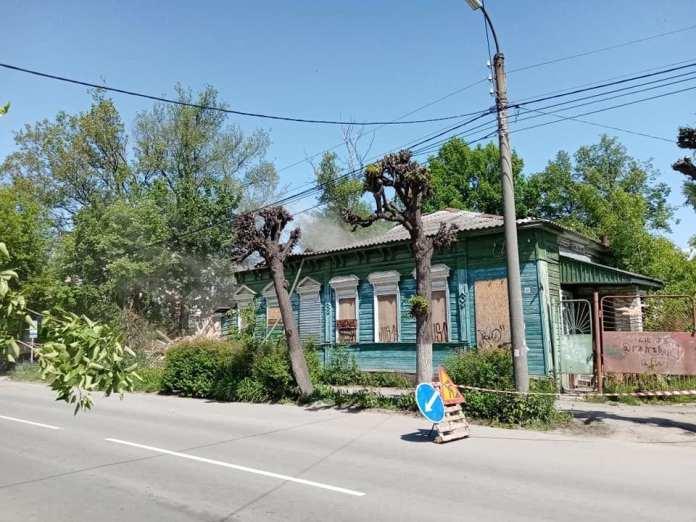 В центре Рязани сносят старый деревянный дом