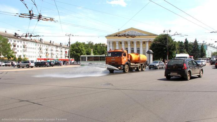 На улицах Рязани работает поливомоечная техника
