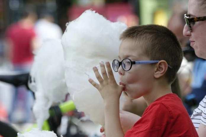 Сахарная вата и квас из бочки: стоит ли покупать на улице и давать детям?