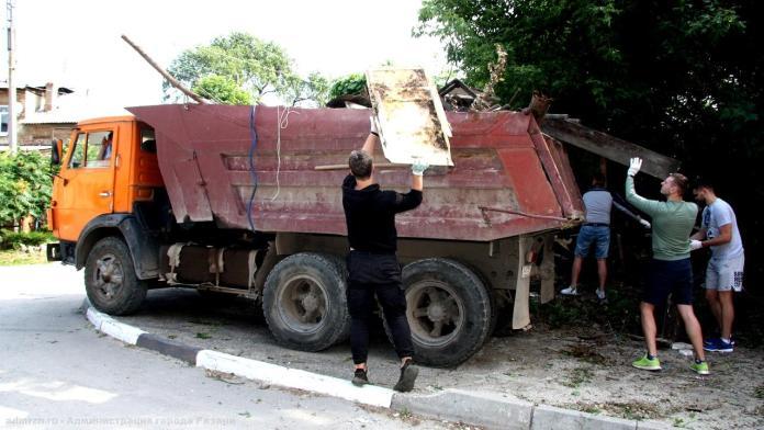 На улице Новослободской в Рязани убрали мусор