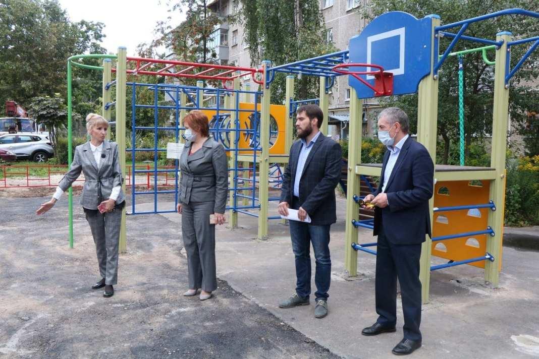 Елена Сорокина проверила благоустройство двора на улице Станкозаводской