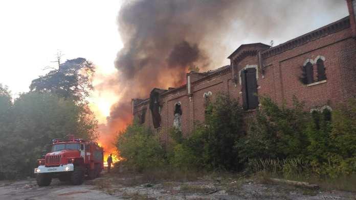 В Касимове загорелось здание бывшей сетевязальной фабрики