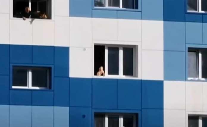 Женщина заперла в квартире двух маленьких детей