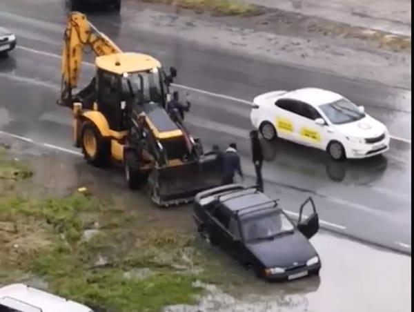 В Рязани застрявший в луже автомобиль пришлось вытаскивать трактором