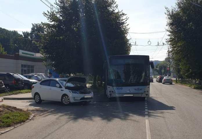 В центре Рязани легковушка врезалась в автобус