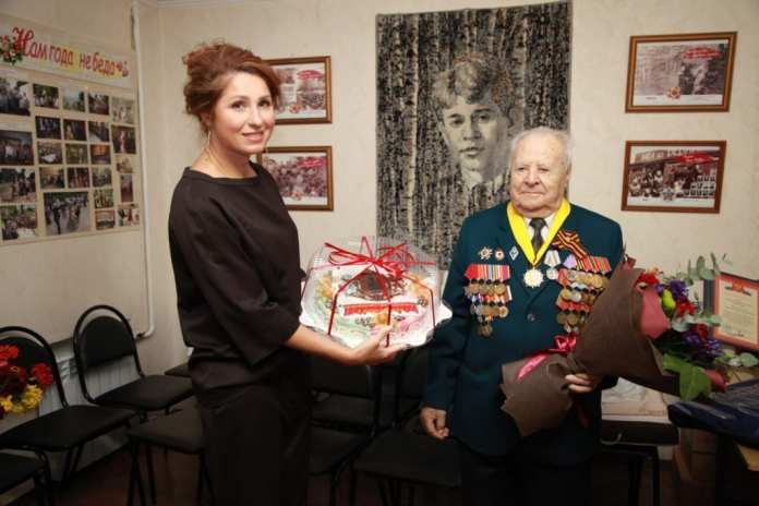 Елена Сорокина и Юлия Рокотянская поздравили ветерана с юбилеем