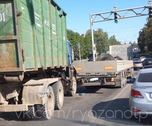 На путепроводе в Рязани столкнулись два грузовика