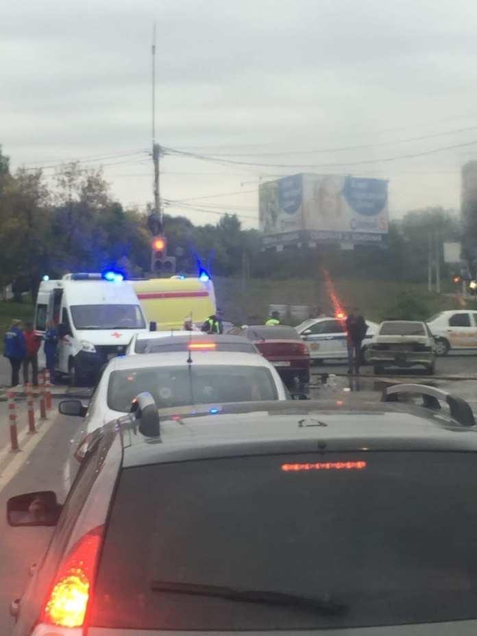 На перекрёстке у «Глобуса» произошло ДТП: на месте скорая и пожарные