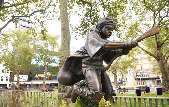 В центре Лондона поставили памятник Гарри Поттеру