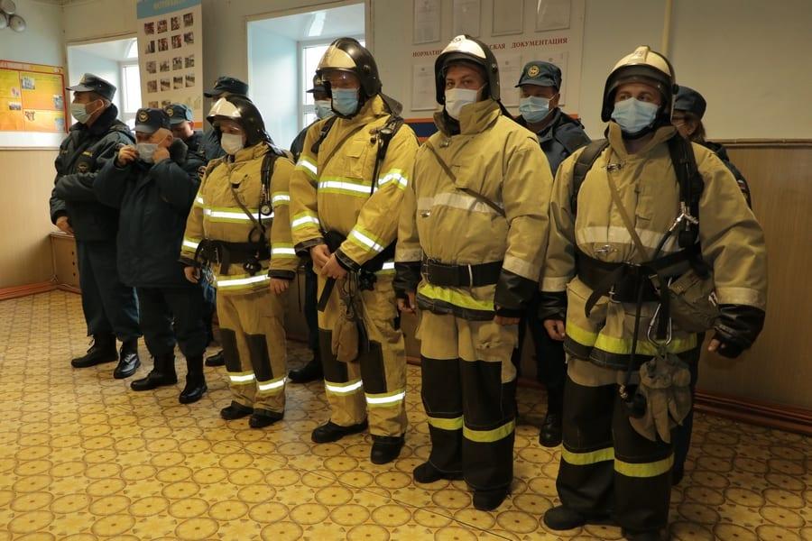 В Скопине наградили пожарных, вышедших первыми на ликвидацию пожара в воинской части