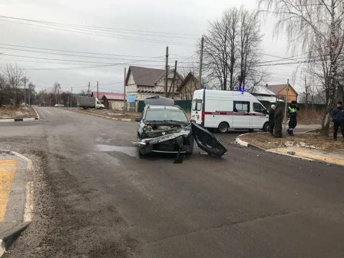 """В Рязани столкнулись """"Рено Сандеро"""" и """"Лада Калина"""""""