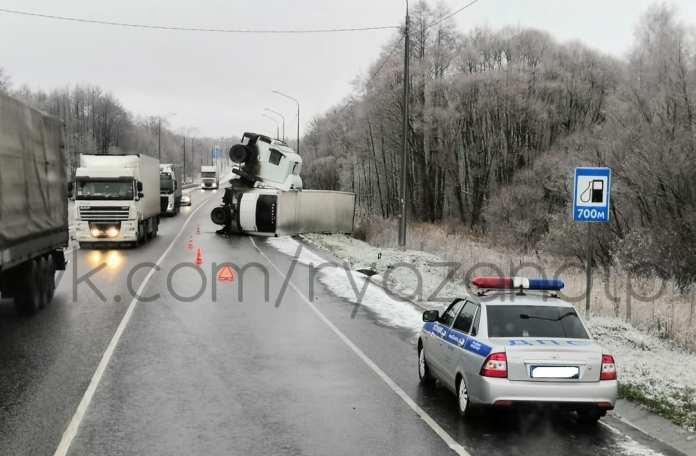 На трассе М-5 в Рязанской области перевернулась фура