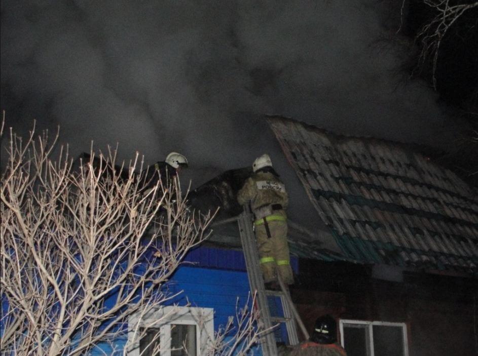 В Астрахани из горящего дома спасли 7 человек