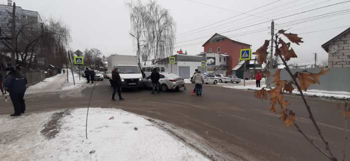 """В аварии с грузовиком """"ГАЗель"""" в Рязани погиб водитель такси"""