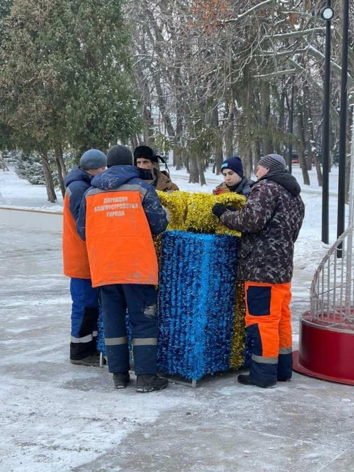 В одном из парков Рязани установили большие фигуры Деда Мороза и Снегурочки