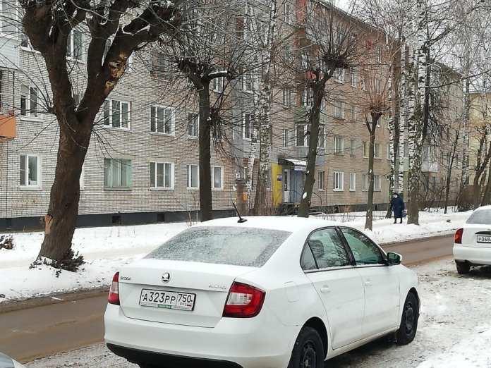 Рязанцев просят убрать машины с парковки на улице Шевченко для сноса аварийного дерева