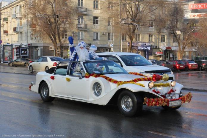 В преддверии Нового года по Рязани начал ездить Дед Мороз со Снегурочкой в лимузине