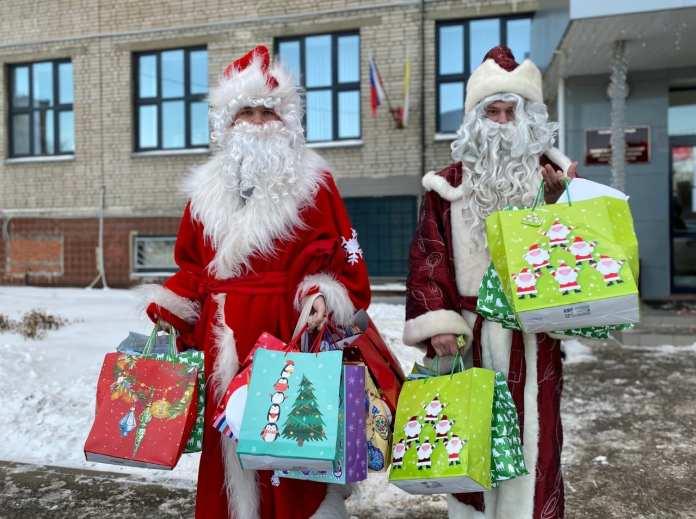 Волонтеры раздали детям рязанских врачей новогодние подарки