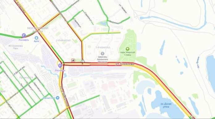 В Рязани затопило дорогу и образовались пробки из-за прорыва водопровода на улице Бирюзова