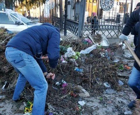 На кладбище в Рязани заблокирован выезд из-за горы мусора