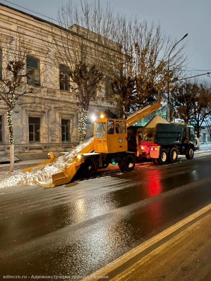 Рязанские коммунальщики продолжили борьбу с последствиями снегопада ночью