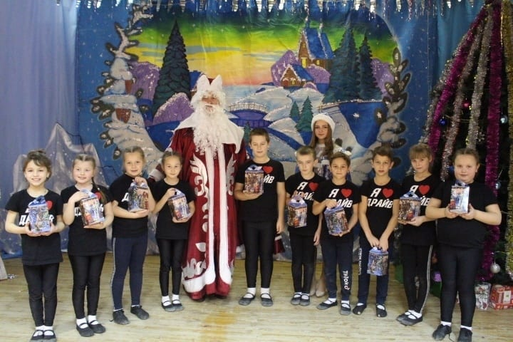 Елена Митина приобрела сладкие подарки для детского танцевального коллектива «Драйв»