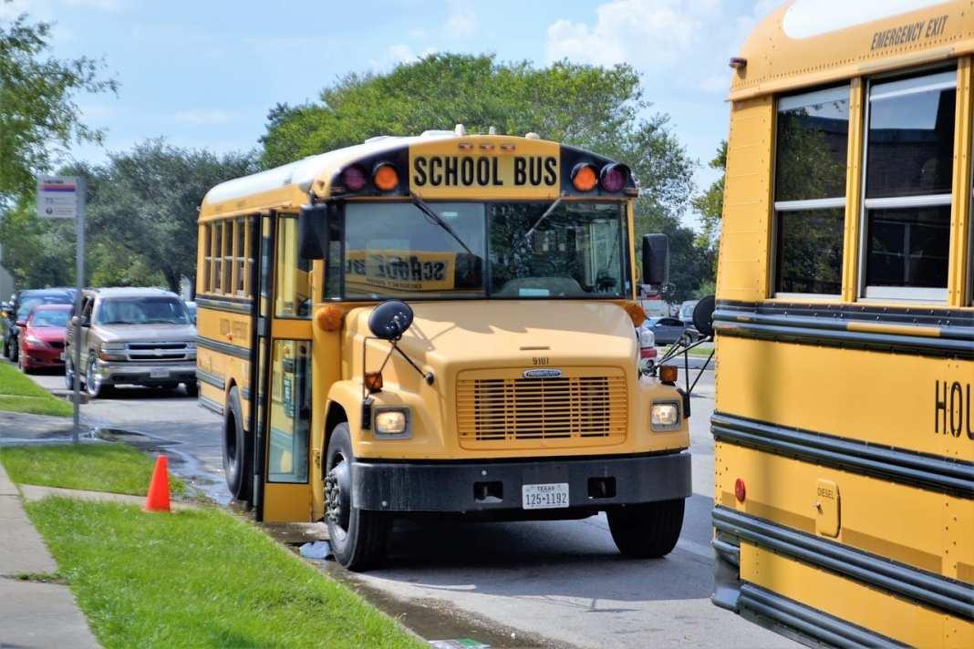Николай Любимов поручил проверить школьные автобусы