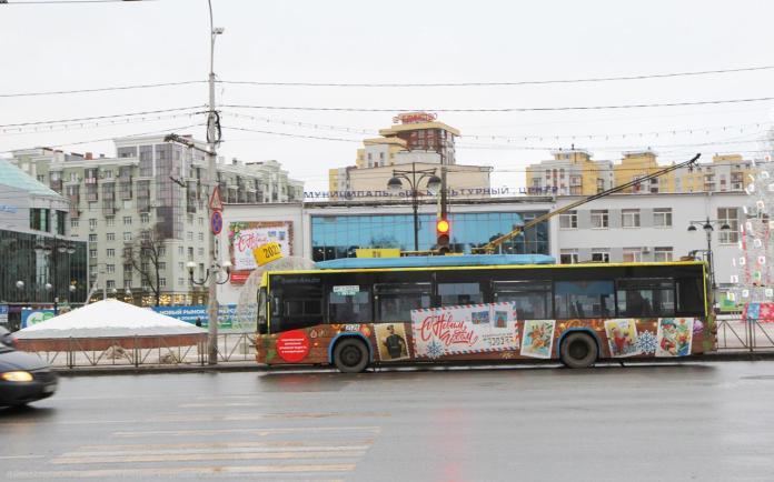 По Рязани начал курсировать новогодний троллейбус