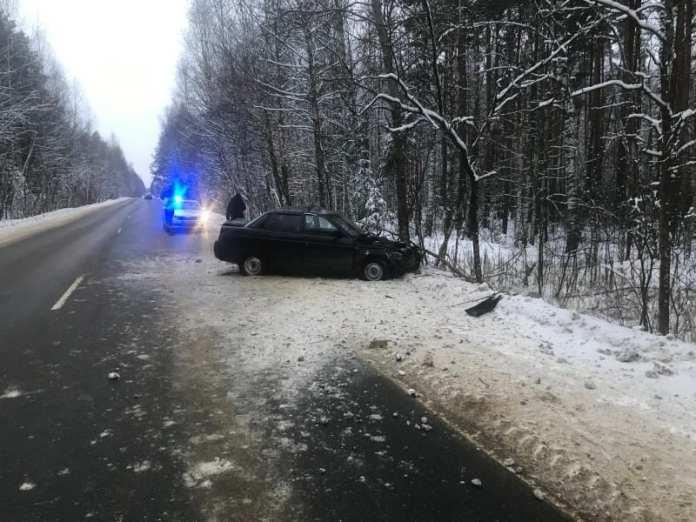 """В Шиловском районе """"десятая"""" врезалась в дерево из-за разрыва колеса"""