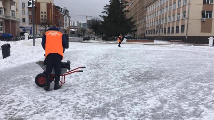 Улицы Рязани продолжают чистить от снега