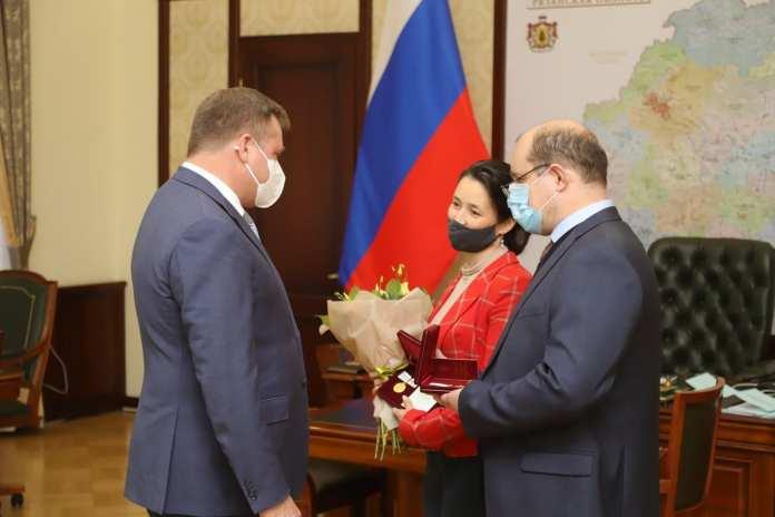 Николай Любимов вручил рязанской семье медаль за заслуги в укреплении института семьи