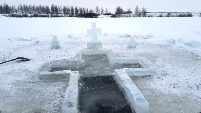 Рязанские мастера украсили иордань ледяными скульптурами