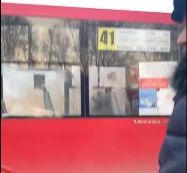 Рязанца, разбившего окно в маршрутке, задержала полиция