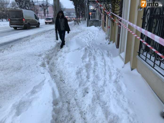 Сотрудники дирекции благоустройства Рязани начали вручную расчищать тротуары от снега