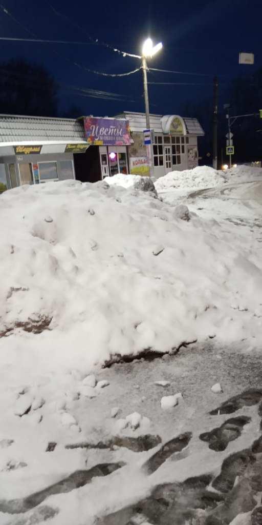 Рязанцы пожаловались на горы снега на остановке в Дягилеве