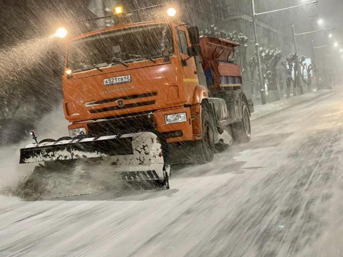 Спецтехника по уборке снега работает в Рязани в круглосуточном режиме
