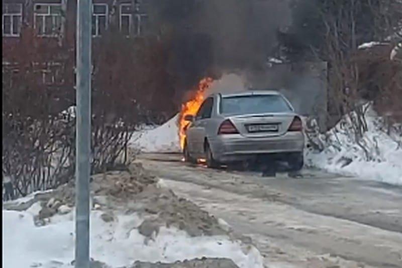 В Рязани загорелся припаркованный автомобиль